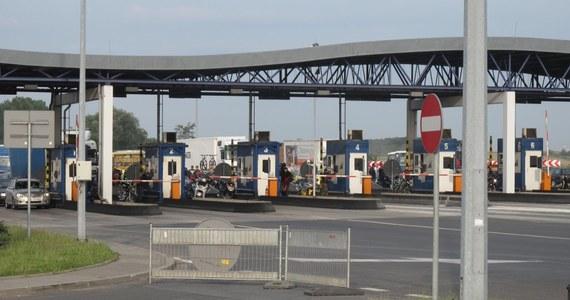 Przygotowywany jest nowy sposób poboru opłat na drogach krajowych od samochodów, których masa przekracza 3,5 tony. Jego wprowadzenie nastąpi po przejęciu przez Główny Inspektorat Transportu Drogowego (GITD) dotychczasowego systemu od firmy Kapsch - poinformował minister infrastruktury Andrzej Adamczyk.