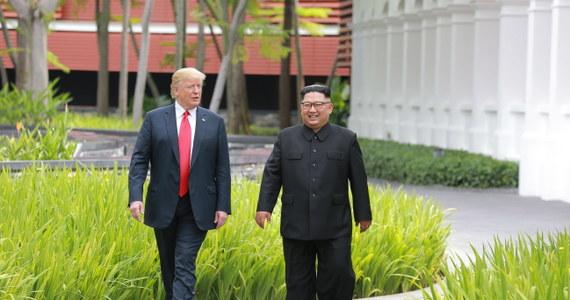 """Amerykański prezydent w telewizji Fox News tłumaczył, dlaczego podczas szczytu G7 w Kanadzie był za włączeniem Rosji do rozmów. """"Gdyby Putin tam był, mógłbym poprosić go o zrobienie rzeczy, które byłyby dobre dla świata, dla nas i dla niego"""" - twierdzi Donald Trump. """"Gdyby podczas spotkania G7 to Putin, a nie ktoś inny siedział obok mnie, zapytałbym go na przykład: nie mógłby Pan łaskawie zabrać swych wojsk z Syrii? albo: czy byłby Pan tak miły i nie wycofał się z Ukrainy"""" - kontynuował prezydent USA."""