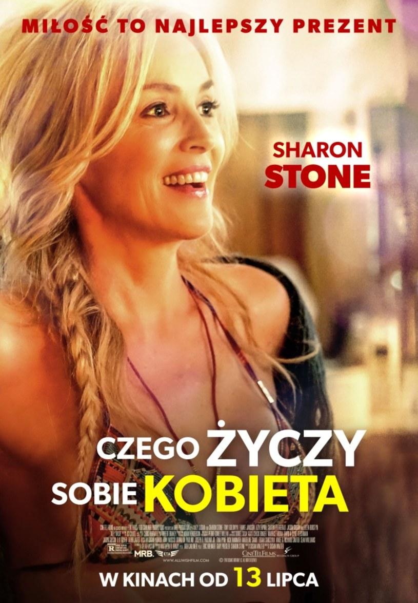 """Dla Sharon Stone, gwiazdy """"Nagiego instynktu"""" i """"Kasyna"""" - wbrew temu co sugerują tytuły jej poprzednich filmów – nie liczą się już ani seks, ani pieniądze, tylko… miłość. Ta jedyna i prawdziwa. O tym właśnie jest komedia """"Czego życzy sobie kobieta"""". Właśnie pojawił się oficjalny polski plakat filmu, w którym aktorka prezentuje się w zupełnie nowej odsłonie! Czy jej bohaterce Sennie uda się stworzyć stały związek i ułożyć sobie życie zawodowe? Polscy widzowie przekonają się o tym 13 lipca!"""