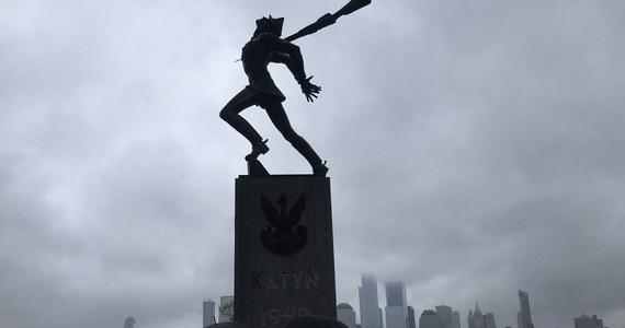 Rada Miejska Jersey City podjęła w czwartek nad ranem czasu polskiego ostateczną decyzję o usunięciu Pomnika Katyńskiego z placu Exchange. Stosunkiem głosów 6:3 radni opowiedzieli się za przeniesieniem monumentu na nowe, odległe o 60 metrów miejsce.