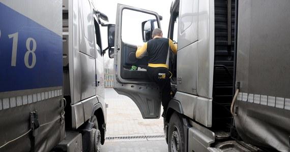 Zła wiadomość dla polskich przewoźników. Europarlament odrzucił wywalczone przez polskich eurodeputowanych stanowisko komisji ds. transportu. Zakładało ono, że przewoźnicy drogowi w transporcie międzynarodowym nie byliby objęci dyrektywą o pracownikach delegowanych, czyli nie ponosiliby dodatkowych kosztów.