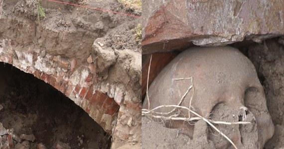 Pozostałości krypty sprzed prawie 200 lat odnaleziono przypadkiem na cmentarzu w Grzmiącej pod Szczecinkiem w Zachodniopomorskiem. Teraz archeolodzy sprawdzą, co kryje.