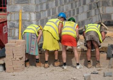 Mimo upału dostali zakaz pracy w krótkich spodenkach. Ubrali więc spódniczki