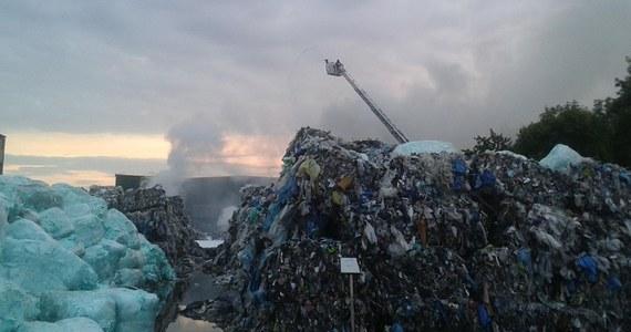 Ugaszono pożar składowiska odpadów w podkrakowskiej Skawinie. Na miejscu pracuje jeszcze ciężki sprzęt. Przyczyny pożaru wyjaśniają policja i prokurator.