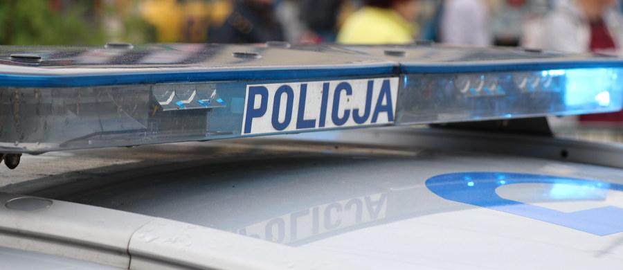 19-letni mężczyzna w nocy z czwartku na piątek w Witaszycach, w powiecie jarocińskim, ranił nożem swoją 58-letnią matkę. Kobieta zmarła.