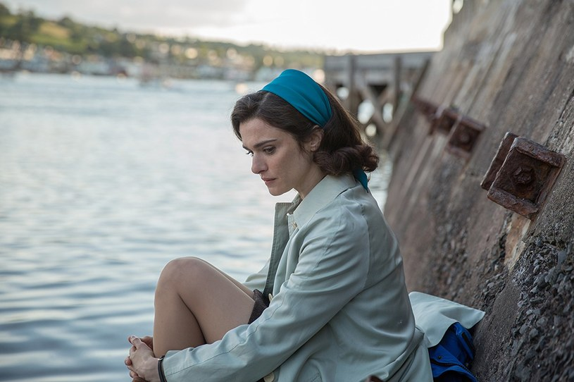 """W """"Na głęboką wodę"""" w rolę Clare Crowhurst, żony żeglarza - amatora Donalda Crowhursta, wcieliła się laureatka Oscara Rachel Weisz. Do udziału w filmie przekonały ją zarówno historia, jak i osoba reżysera oraz możliwość współpracy z Colinem Firthem, z którym po raz pierwszy spotkała się na planie."""