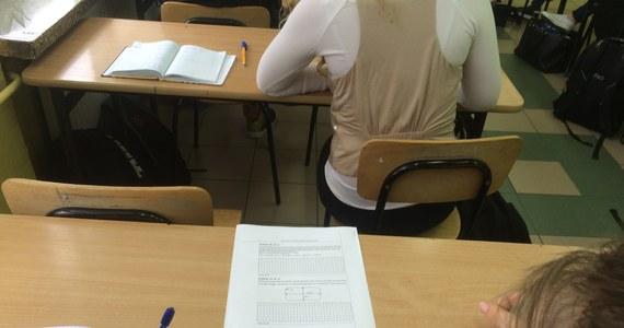 Uczniowie III klas gimnazjów, którzy w kwietniu przystąpili do obowiązkowego egzaminu gimnazjalnego, za rozwiązanie zadań z języka polskiego uzyskali średnio 68 proc. punktów możliwych do otrzymania, a z matematyki - 52 proc. - podała Centralna Komisja Egzaminacyjna.