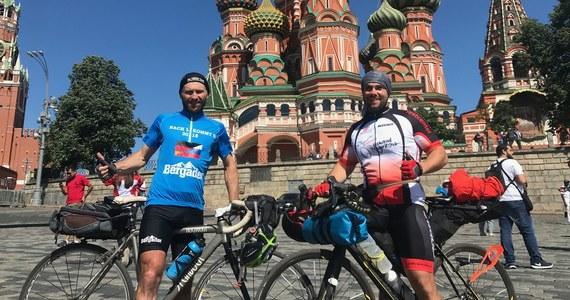 2300 kilometrów z Lipska aż do Moskwy. Taką podróż mają za sobą Sven Hagemeier i Markus Schmid, którzy na mundial dotarli na rowerach. Po drodze przemierzyli też Polskę. Od Gubina aż do granicy z Kaliningradem. Spotkaliśmy się przypadkowo pod Soborem Wasyla Błogosławionego. Poprosili, żeby zrobić im zdjęcie.