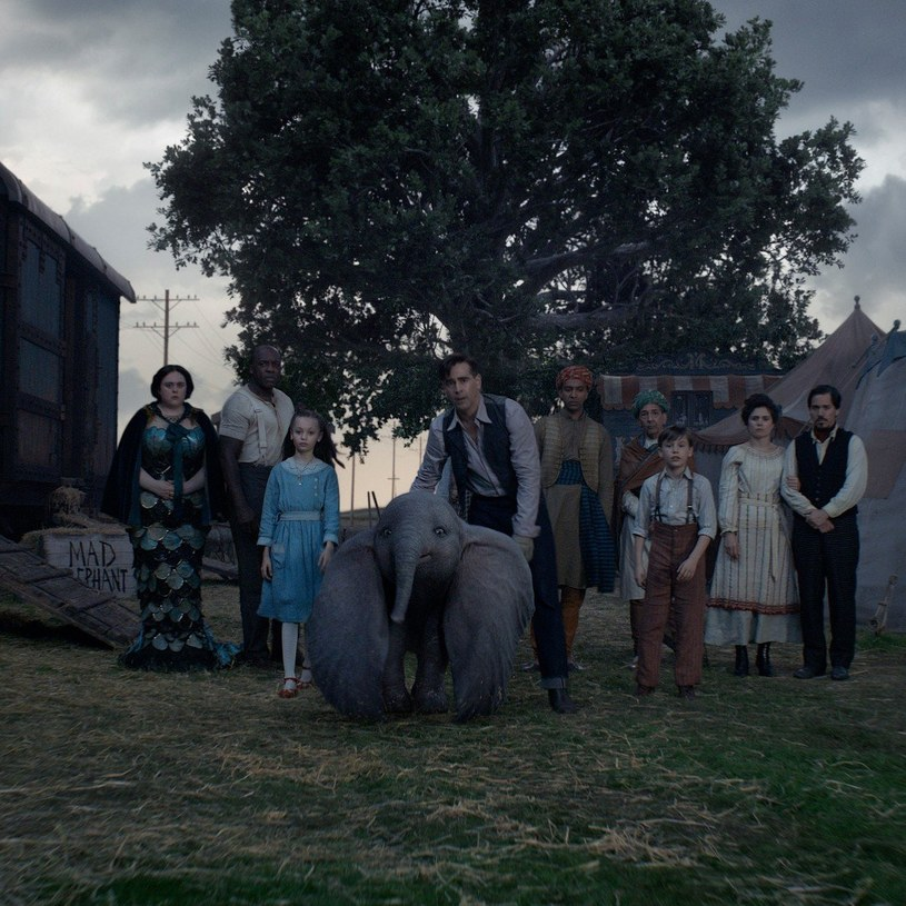 Reżyser Tim Burton wskrzesza powieść napisaną przez Helen Aberson w 1939 roku i przeniesioną na ekrany dwa lata później przez Walta Disneya. Nakręcił film o latającym słoniu Dumbo.