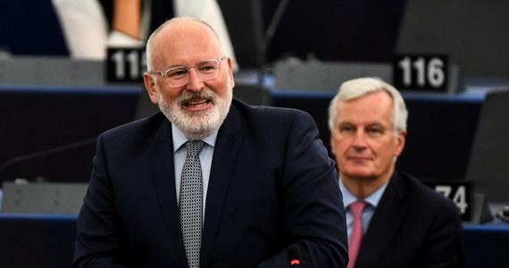 Po poniedziałkowym spotkaniu wiceszefa Komisji Europejskiej Fransa Timmermansa z premierem Mateuszem Morawieckim zapadnie decyzja, czy Komisja Europejska pozwie Polskę do Trybunału Sprawiedliwości UE za ustawę o Sądzie Najwyższym - ustaliła nasza dziennikarka Katarzyna Szymańska-Borginon. Komisja na razie nie ujawnia swoich zamiarów w tej sprawie. Podczas środowej debaty w Parlamencie Europejskim wiceszef KE Frans Timmermans nie odpowiedział ani słowem na ponawiane apele eurodeputowanych chadecji, socjalistów, liberałów, czy zielonych o skierowanie ustawy o SN do Trybunału. Także dzisiaj rzecznik KE Margaritis Schinas unikał odpowiedzi na pytania o reakcję na wczorajszy list liderów frakcji PE do szefa KE Jean Claude'a Junckera w tej sprawie.