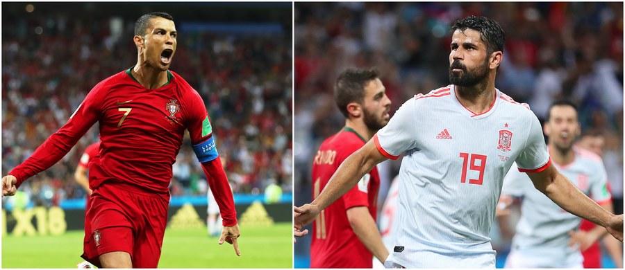 """Już drugiego dnia mistrzostw świata w Rosji piłkarscy kibice mogli cieszyć się prawdziwym szlagierem: na stadionie w Soczi zmierzyły się reprezentacje Portugalii i Hiszpanii! Wynik meczu otworzył już w 4. minucie Cristiano Ronaldo, który pewnie wykorzystał rzut karny. """"La Roja"""" odpowiedziała 20 minut później: po świetnej indywidualnej akcji do siatki trafił Diego Costa. Na przerwę w lepszych nastrojach schodzili Portugalczycy, a to za sprawą drugiego w tym meczu gola Ronaldo, który ponownie wpisał się na listę strzelców w 44. minucie. W drugiej połowie na bramkę CR7 ponownie odpowiedział... Diego Costa, który trafił w 55. minucie po stałym fragmencie gry. Remis nie trwał długo: po trzech minutach pięknym trafieniem portugalskiego bramkarza pokonał Nacho. A w 88. minucie hattricka skompletował Ronaldo: precyzyjnym uderzeniem z rzutu wolnego umieścił futbolówkę w okienku bramki Davida De Gei. Mundialowe starcie gigantów zakończyło się remisem 3:3!"""
