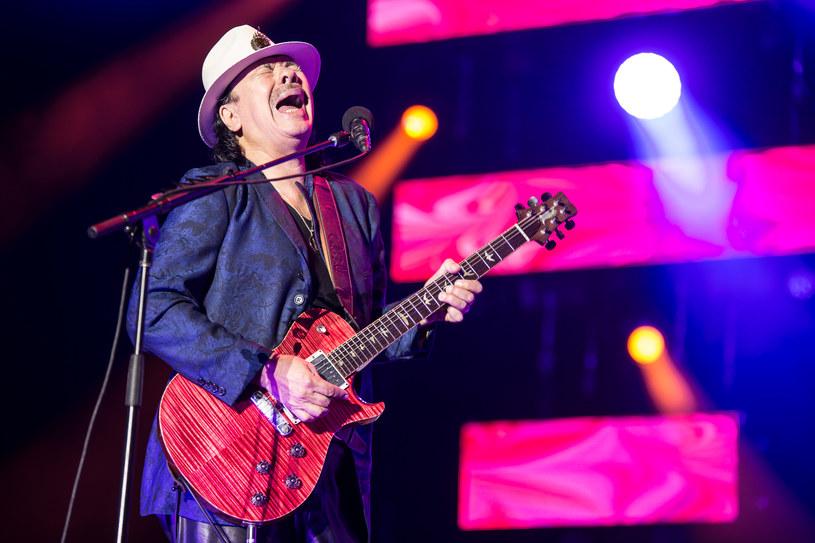 """""""Życie jest najbardziej międzynarodowym słowem"""" - stwierdził ze sceny gorąco przyjęty w Oświęcimiu hiszpański wokalista Alvaro Soler. Główną gwiazdą pierwszego dnia Tauron Life Festival Oświęcim był jednak legendarny gitarzysta Carlos Santana."""