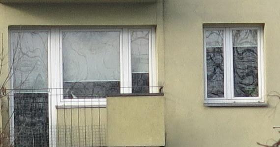 Czteroletnie dziecko wpadło z okna mieszkania na szóstym piętrze na osiedlu Dąbrowa w Łodzi. Chłopiec zmarł, mimo reanimacji na miejscu - poinformował PAP nadkom. Adam Kolasa z łódzkiej policji.