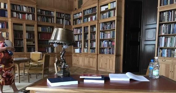 Oficjalna siedziba prezydenta Polski, czyli Pałac Prezydencki w Warszawie to dziś Twoje Niesamowite Miejsce w Faktach RMF FM. Odkrywamy dla was niedostępne dla postronnych zakamarki jednego z najpilniej strzeżonych budynków w stolicy. Jakie książki leżą na biurku w prezydenckiej bibliotece? W jaki sposób czyści się słynny żyrandol, który wisi w Sali Kolumnowej Pałacu? Gdzie prezydent Andrzej Duda i pracownicy Pałacu będą oglądali mecze piłkarskich Mistrzostw Świata? Oto kulisy Pałacu Prezydenckiego.