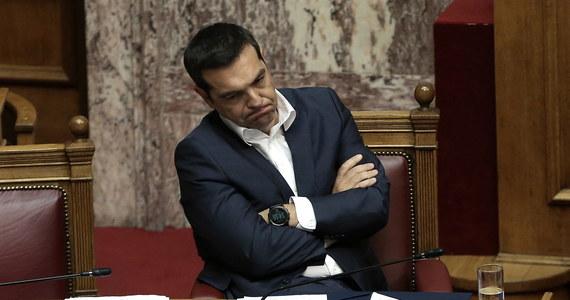 Po trzydniowych obradach parlament Grecji odrzucił w sobotę wniosek opozycji o wyrażenie wotum nieufności premierowi Aleksisowi Ciprasowi. Decyzja deputowanych umożliwi podpisanie w niedzielę porozumienia między Atenami i Skopje ws. nowej nazwy Macedonii.