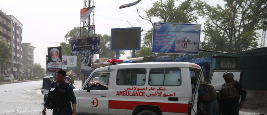 10 osób zginęło, a 30 zostało rannych w niedzielnym wybuchu przed budynkiem gubernatora w prowincji Nangarhar na wschodzie Afganistanu - przekazały lokalne władze. W sobotę w ataku bombowym w tej prowincji zginęło 36 osób.