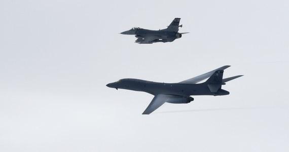 Syryjskie media państwowe podały, że bombowiec należący do dowodzonej przez Amerykanów koalicji walczącej z Państwem Islamskim zbombardował pozycje rządowej armii przy granicy z Irakiem. Rzecznik Pentagonu zaprzeczył jednak tym doniesieniom.