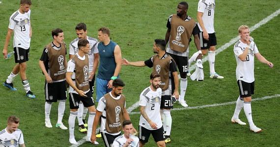 """W bardzo ostrych słowach niemiecka prasa oceniła inauguracyjną porażkę ich reprezentacji z Meksykiem 0:1 w piłkarskich mistrzostwach świata. """"To więcej niż przegrana"""" - ocenił dziennik """"Die Zeit"""". """"Czy ktoś wie, kiedy do gry wchodzą mistrzowie świata?"""" - pyta """"Stern""""."""