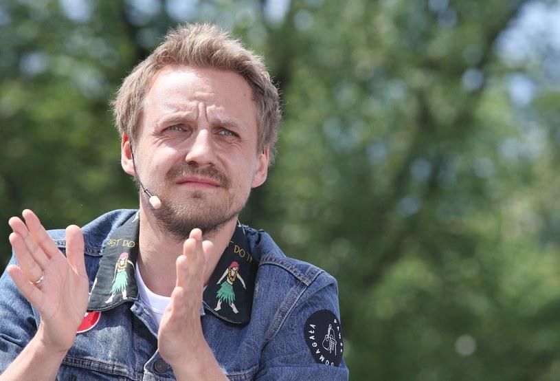 """Znany z głównej roli w filmie """"Gotowi na wszystko. Exterminator"""" Paweł Domagała jest nie tylko aktorem, ale również wokalistą. W tej roli prezentuje teledysk """"Weź nie pytaj"""", który zapowiada jego drugą solową płytę """"1984""""."""