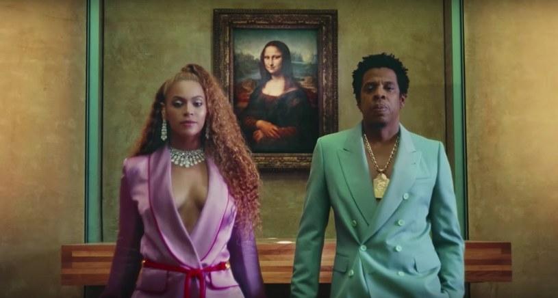 """Beyonce i Jay-Z znów zaskoczyli swoich fanów, prezentując swoja płytę """"Everything Is Love"""" bez jakiekolwiek zapowiedzi. Na numer promujący wybrano """"Apeshit"""", a teledysk do niego nagrano w Luwrze."""