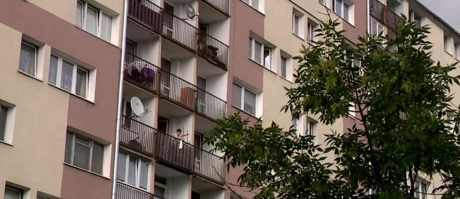 Zarzut nieumyślnego spowodowania śmierci dziecka usłyszała babcia czteroletniego chłopca, który w sobotę wypadł z okna mieszkania na szóstym piętrze na osiedlu Dąbrowa w Łodzi. Dziecko zmarło na miejscu.