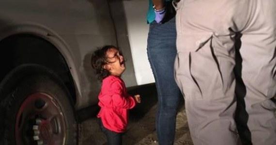To zdjęcie wstrząsnęło Ameryką. Mała dziewczynka w różowej bluzce i różowych bucikach, z umazaną buzią, płacząca ze strachu na środku drogi gdzieś na bezludziu, a nad nią dorośli – strażnicy graniczni, którzy przeszukują jej matkę.