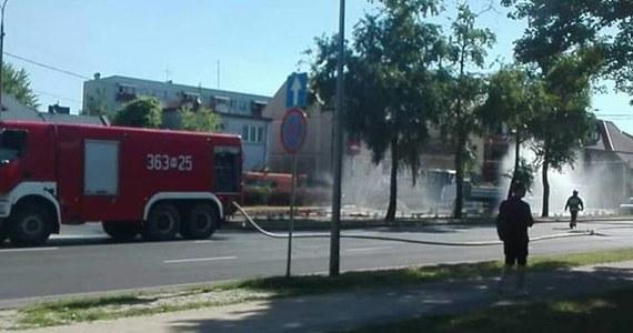 Kilkadziesiąt osób ewakuowano z domów i sklepów w centrum Płocka. Uszkodzony został gazociąg o średnicy ponad metra. Na miejscu pracuje około 25 strażaków.