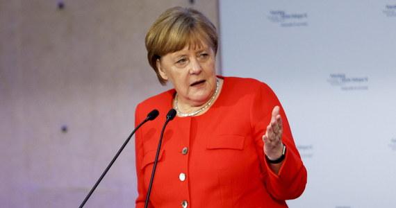 """Walka o władzę między CDU a CSU została przełożona do lipca po tym, jak szef niemieckiego MSW i lider CSU Horst Seehofer dał kanclerz Angeli Merkel (CDU) dwa tygodnie na znalezienie europejskiego rozwiązania w sprawie migracji - pisze """"Die Welt""""."""