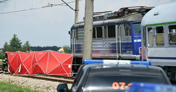 Dwie osoby zginęły w zderzeniu pociągu z samochodem osobowym na niestrzeżonym przejeździe kolejowym w miejscowości Wierzawice w pobliżu Leżajska na Podkarpaciu.