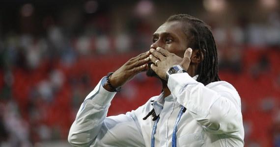 """Polacy nie przełamali klątwy, która ciąży na naszej drużynie od 1974 roku. Znów przegraliśmy spotkanie otwierające mistrzostwa świata. Tym razem okazaliśmy się gorsi od Senegalu (1:2). Na konferencji pomeczowej trener zwycięskiej drużyny przyznał, że jego zespół miał odrobinę szczęścia przy obu golach, ale Senegal był też doskonale przygotowany do spotkania. """"Wiedzieliśmy doskonale, jak piłkarze będą się poruszać na boisku"""" - stwierdził Aliou Cisse."""