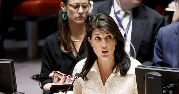 """Stany Zjednoczone wystąpiły z Rady Praw Człowieka ONZ. """"Rada Praw Człowieka ONZ jest niewarta swojej nazwy"""" powiedziała ambasador Nikki Haley, stała przedstawicielka USA w ONZ, która poinformowała o decyzji administracji prezydenta Trumpa. Przemawiając  obok sekretarza stanu Mike'a Pompeo, ambasador tłumaczyła decyzję Waszyngtonu m.in. tym, że międzynarodowa organizacja skupiająca 47 państw świata """"jest protektorem (państw - PAP) łamiących prawa człowieka i szambem (kloaką) politycznych uprzedzeń""""."""