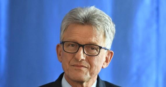 """Wszystkie ustawy wiążące się z reformą wymiaru sprawiedliwości pozostają poza zakresem prawa unijnego - powiedział PAP szef sejmowej komisji sprawiedliwości Stanisław Piotrowicz (PiS). Według niego Komisja Europejska nie ma żadnych uprawnień w zakresie zmian w polskim sądownictwie. Co więcej, samo pojęcie praworządności nie jest jasno zdefiniowane i """"przedstawiciele KE interpretują ten zapis dowolnie""""."""