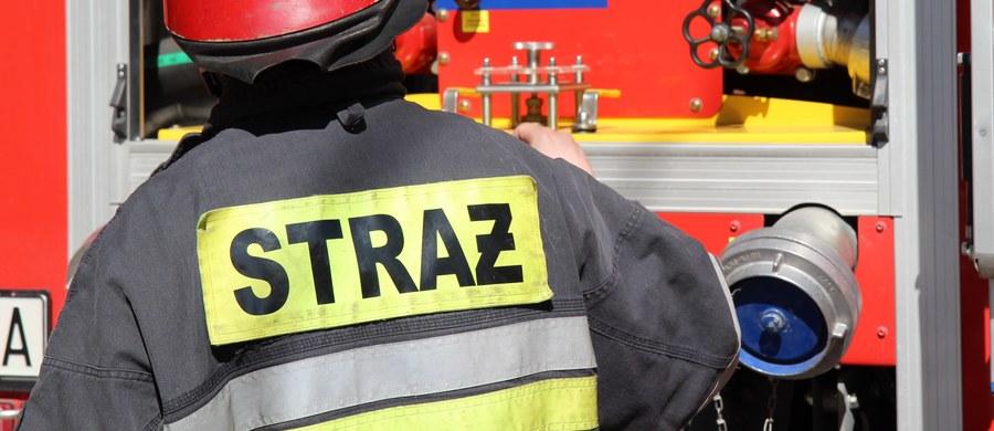 Dwie osoby zginęły, a jedna została ranna w pożarze domu w Stryszowie koło Wadowic w Małopolsce. Jak nieoficjalnie dowiedzieli się dziennikarze RMF FM, mieszkańcy domu zostali wcześniej pobici i związani. Sprawcą ma być ich krewny.