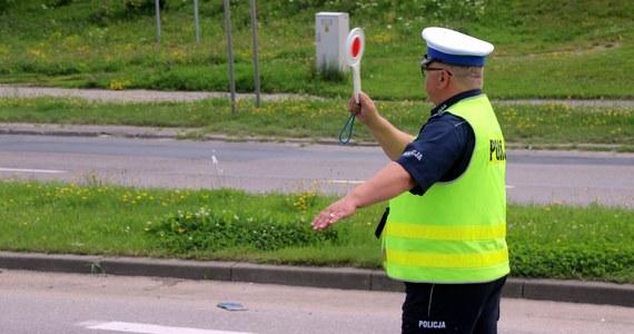Co najmniej czterech mężczyzn zranił 43-latek, który, w nocy, w Radomiu uciekał samochodem przed policją. Najpierw zaatakował swoją partnerkę, potem kolejne osoby, wjechał w wiatę przystankową w Radomiu oraz w sklep. Zmarł podczas reanimacji.