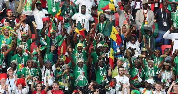 Po wczorajszej wygranej Senegalu z Polską (2:1), kibice zwycięskiej drużyny zanim ruszyli na ulice Moskwy, by świętować tryumf... zabrali się za sprzątanie sektora, który zajmowali podczas meczu. Jednym słowem pokazali klasę. Taki widok na piłkarskich obiektach to niecodzienne zdarzenia. Nic więc dziwnego, że wideo z akcji pobija sieć!