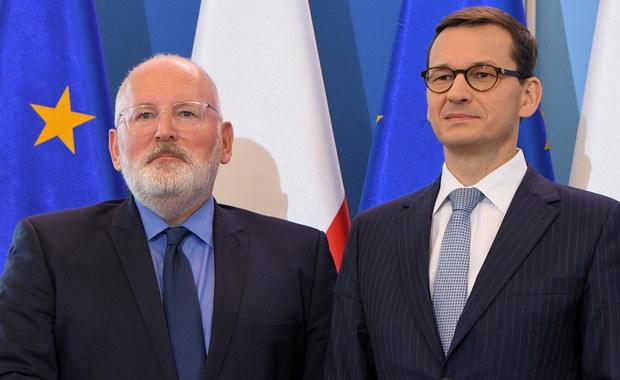 Komisarze UE stoją murem za wiceszefem KE Fransem Timmermansem w sprawie Polski – powiedział dziennikarce RMF FM urzędnik KE po spotkaniu kolegium komisarzy. Timmermans informował podczas niego o swojej poniedziałkowej rozmowie z premierem Mateuszem Morawieckim w Warszawie.