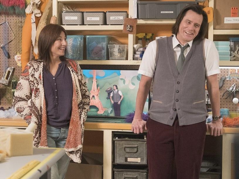 """Zdobywca Złotego Globu Jim Carrey po ponad dwóch dekadach powraca na mały ekran, aby zagrać popularnego prezentera dziecięcych programów telewizyjnych. To kolejny projekt, na planie którego aktor spotyka się z nagrodzonym Oscarem reżyserem - Michelem Gondrym (""""Zakochany bez pamięci""""). Premiera pierwszego odcinka serialu """"Kidding"""" odbędzie się 10 września w HBO GO."""