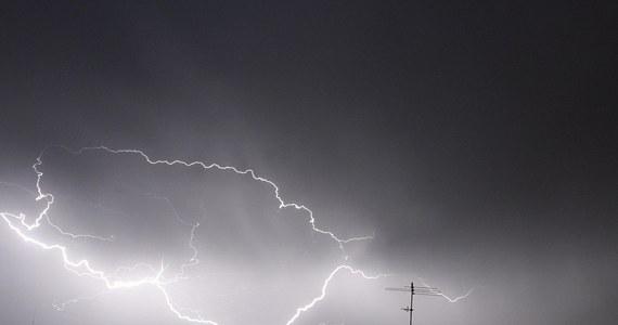 Około 60 razy wyjeżdżali strażacy z woj. zachodniopomorskiego i pomorskiego do usuwania skutków pierwszych dziś zapowiadanych burz. W czwartek niemal w całej Polsce obowiązują wydane przez IMGW ostrzeżenia. W wielu miejscach, opadom deszczu będzie towarzyszył grad i bardzo silny wiatr. Lokalnie porywy mogą osiągać prędkość do stu kilometrów na godzinę.