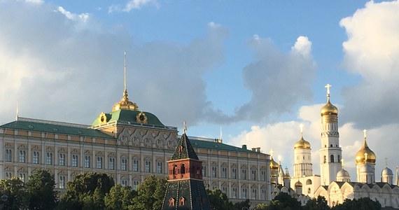Dzień po przegranym meczu Polaków, za to po wygranej Rosjan z Egiptem, zaczął się w Moskwie wyjątkowo spokojnie. Prawie tak, jak gdyby było już po mundialu. Kibice, którzy świętowali zwycięstwo, wcześnie rano smacznie spali. Biało-czerwonych koszulek na ulicach naliczyłem zaledwie kilkanaście. W metrze spotkałem głównie tych, którzy spieszyli się do pracy – bez futbolowych koszulek ani szalików. Za to z słuchawkami w uszach i z torbami sugerującymi, że pędzą gdzieś, gdzie będą czymś bardzo zajęci – do pracy, szkoły czy na uczelnię. Nieco inaczej było na linii metra prowadzącej na Worobiowyje Gory, to stacja przy której znajduje się stadion Łużniki, a kawałek dalej monumentalny budynek Uniwersytetu Moskiewskiego, przy którym stanęła największa na mundialu strefa kibica.