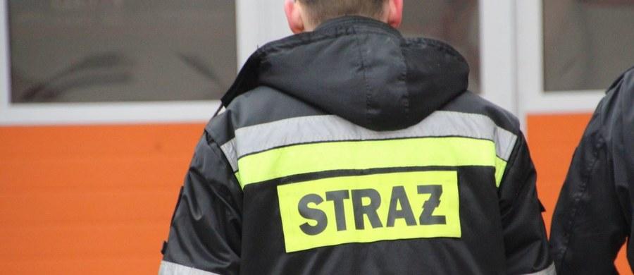 Tragiczny wypadek w Rudzie Śląskiej. Na terenie nieczynnej stacji benzynowej zginął mężczyzna. 39-latek wpadł do zbiornika na paliwo. Próbował zbierać resztki benzyny zalegające na dnie. Miał ze sobą wiaderko i na linie opuszczał je do środka zbiornika.