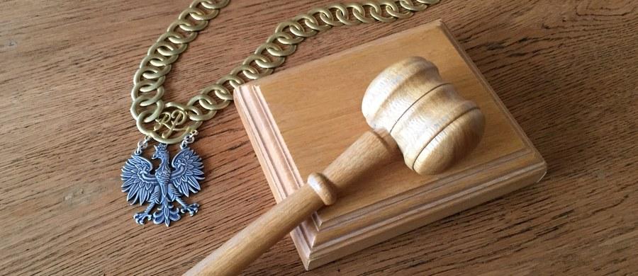 O poświadczenie nieprawdy w protokole rozprawy karnej oraz nakłonienie do tego protokolantki sądowej oskarżyła Prokuratura Krajowa sędzię Annę C. z Sądu Rejonowego w Chełmie (Lubelskie). Sędzia jest odsunięta od orzekania.