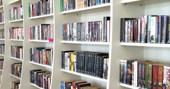 W 2017 roku najczęściej czytanym przez Polaków autorem był Stephen King, za nim uplasowali się Henryk Sienkiewicz i Paula Hawkins - wynika z raportu o stanie czytelnictwa ogłoszonego w czwartek przez Bibliotekę Narodową.