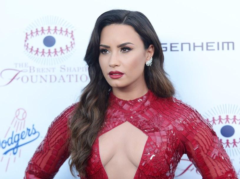 """Do sieci trafiła nowa piosenka Demi Lovato pt. """"Sober"""". W niej wokalistka przeprasza swoich rodziców oraz fanów za to, że po sześciu latach życia w trzeźwości, znów wróciła do picia."""
