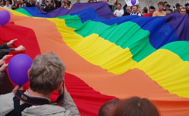 Czeski rząd premiera Andreja Babisza zadecydował w piątek o udzieleniu poparcia projektowi grupy deputowanych do Izby Poselskiej, według którego małżeństwo mogłyby zawierać także osoby tej samej płci - poinformowało biuro prasowe rządu.