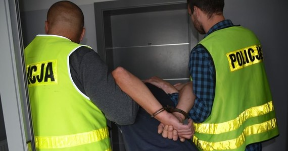 Pomorscy policjanci zatrzymali 46-letniego mężczyznę, który może mieć związek z molestowaniem kilkuletniej dziewczynki. Do zdarzenia doszło w piątek w godzinach przedpołudniowych w jednej z placówek oświatowych w powiecie wejherowskim.