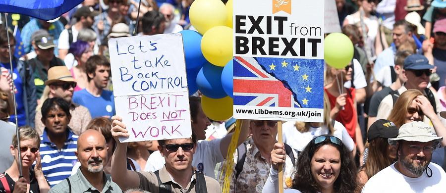 """Ok. 100 tys. osób przeszło w sobotę ulicami Londynu w marszu """"Głos narodu"""" przeciw wyjściu Wielkiej Brytanii z Unii Europejskiej, domagając się drugiego referendum w tej sprawie przed ostatecznym opuszczeniem Wspólnoty - poinformowali organizatorzy wydarzenia."""