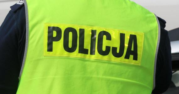 Nie żyje policjant, którego dziś po południu poszukiwała małopolska policja. 34-latek jechał do Krakowa na szkolenie, jednak zaginął po południu. Jego ciało znaleziono w lesie w powiecie wadowickim.