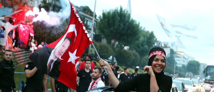 Prezydent Turcji Recep Tayyip Erdogan oświadczył w niedzielę, że nieoficjalne wyniki przeprowadzonych tego dnia wyborów szefa państwa wskazują na jego zwycięstwo. Dodał, że w wyborach parlamentarnych zwyciężył wyborczy sojusz z udziałem jego partii AKP.