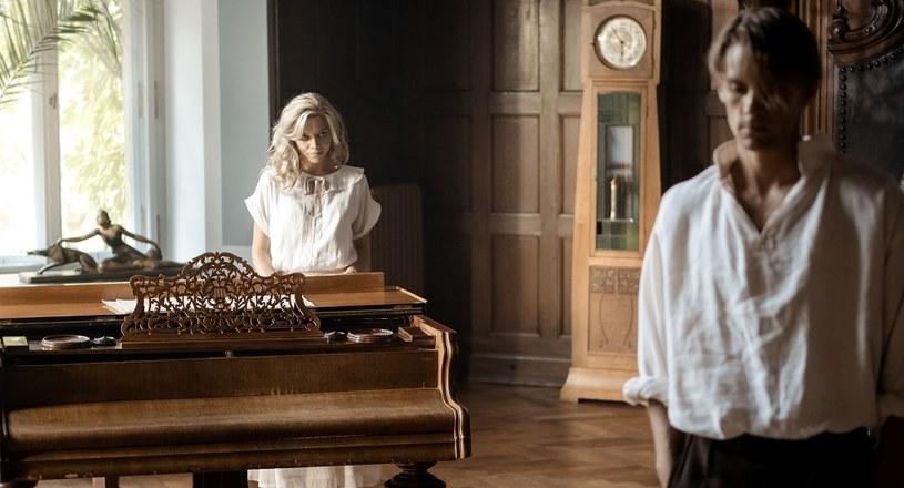"""Przygoda z epickim filmem historycznym często wiąże się dla aktora z koniecznością opanowania nowych umiejętności. W przypadku Sebastian Fabijańskiego, który wystąpił w produkcji """"Kamerdyner"""", była to gra na fortepianie. Aktor połknął bakcyla..."""