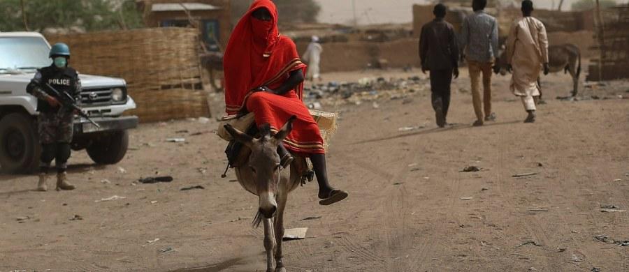 Sąd apelacyjny w Sudanie uchylił wyrok kary śmierci wobec 19-letniej Noury Hussein, skazanej w maju za to, że broniąc się przed gwałtem ze strony mężczyzny, którego musiała poślubić wbrew swej woli, śmiertelnie go raniła - poinformował prawnik kobiety. W zamian Noura Hussein trafi na pięć lat do więzienia - przekazał jeden z obrońców Abdulla Ibrahim.